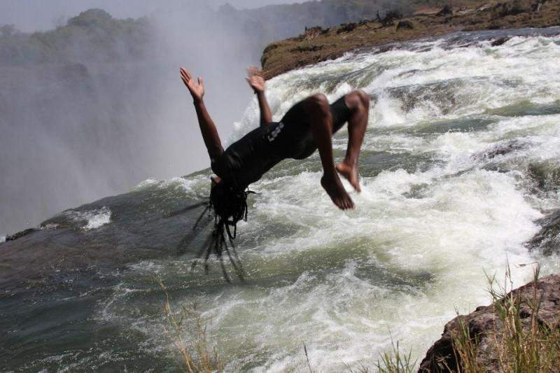 Devil 39 s swimming pool at the edge of victoria falls in for Algicide piscine danger